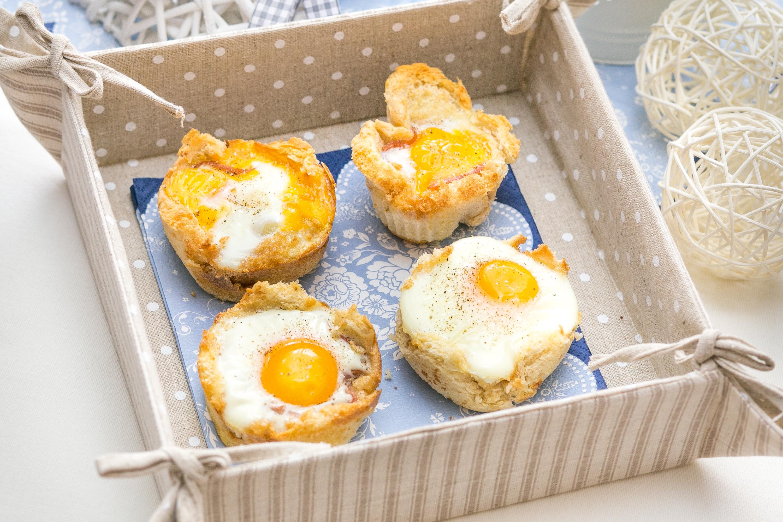 śniadanie Do łóżka Jajka Sadzone W Chlebowych Miseczkach