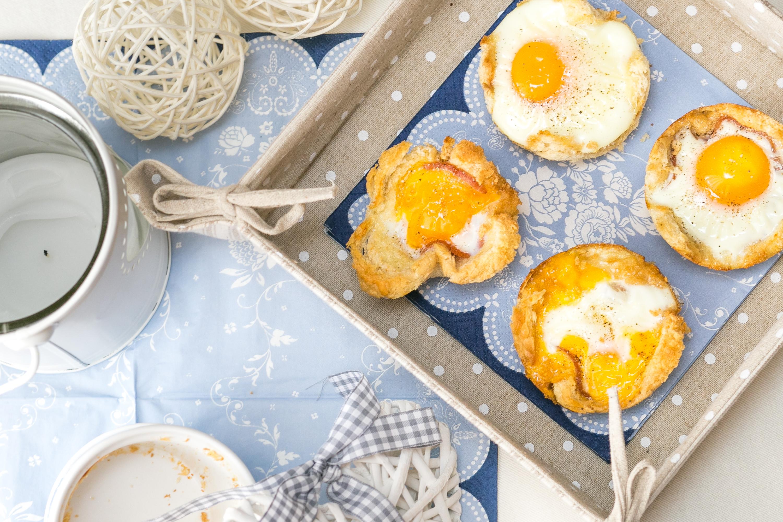 Śniadanie do łóżka - Jajka sadzone w chlebowych miseczkach