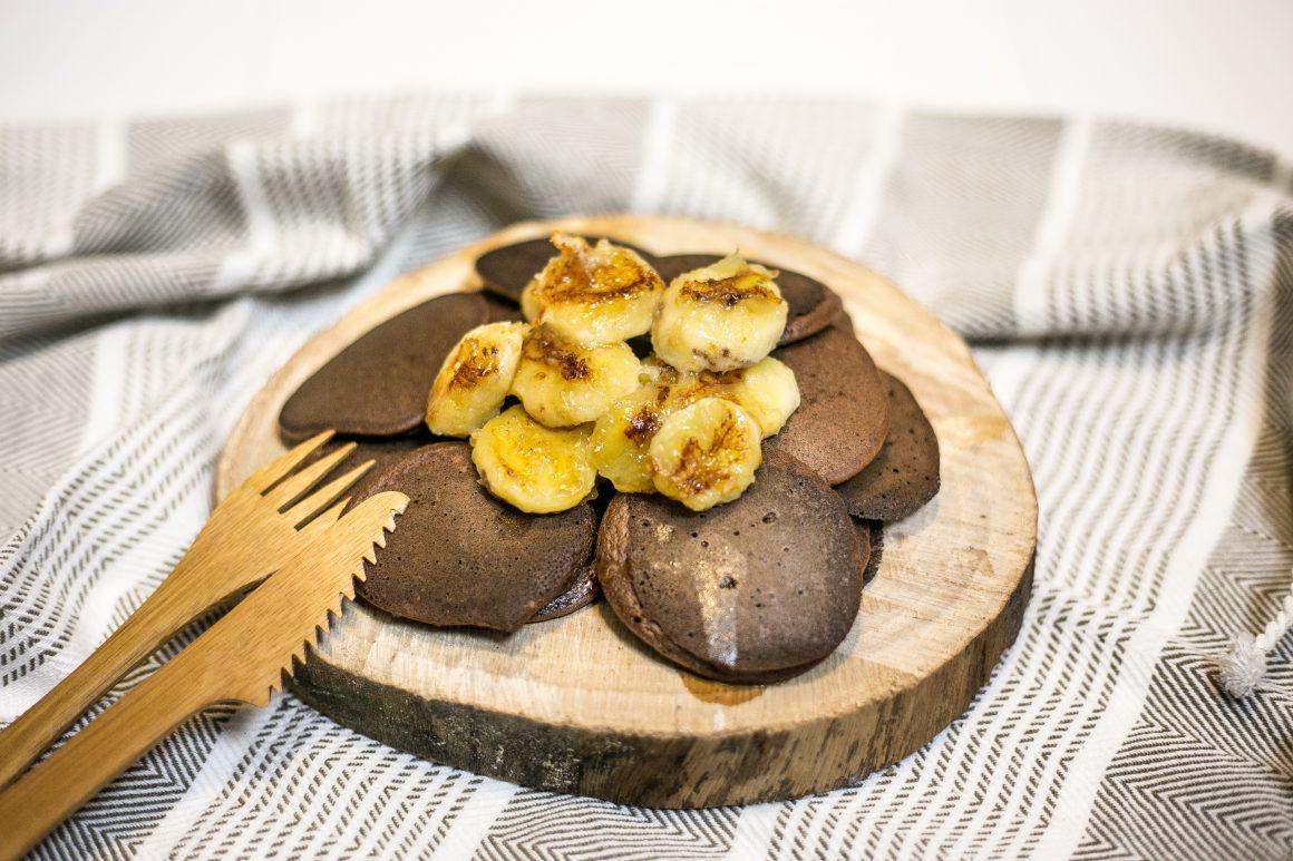 Placuszki, które musisz zrobić - bez cukru, glutenu i tłuszczu. Z karmelizowanymi bananami.