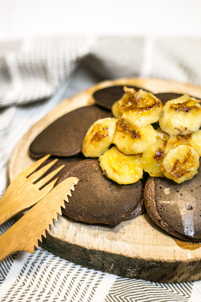 Bezglutenowe placuszki z karmelizowanymi bananami