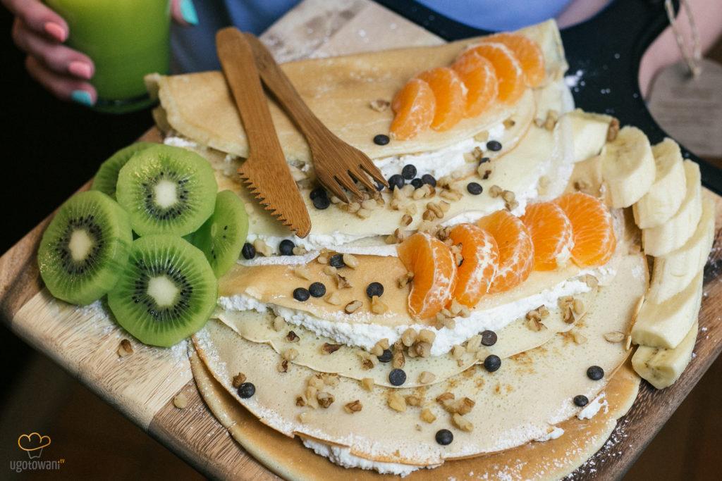 Śniadanie do łóżka - Naleśniki z serem i owocami
