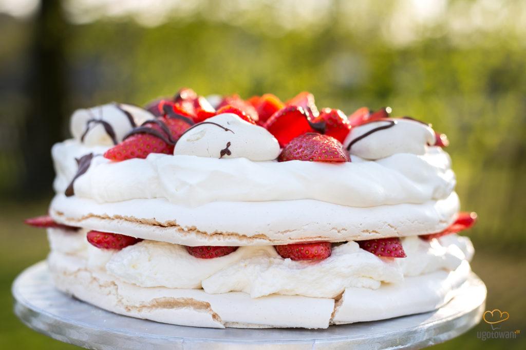 Tort bezowy z truskawkami i bitą śmietaną