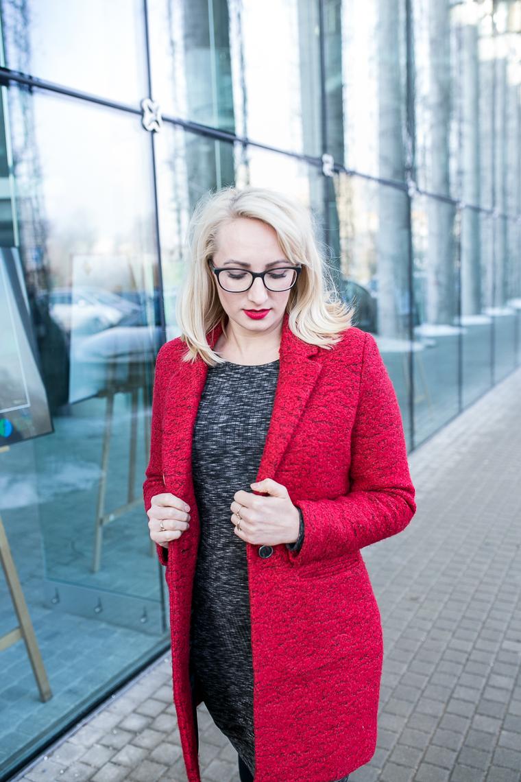 Wiosenna stylizacja z czerwonym płaszczem