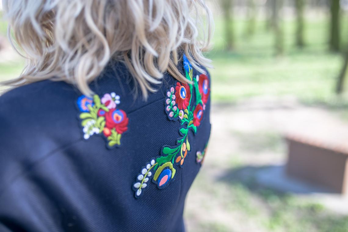 Stylizacja z granatowym płaszczem w kwiaty