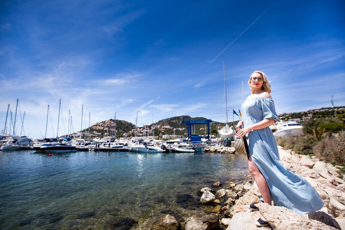 stylizacja z niebieską sukienką