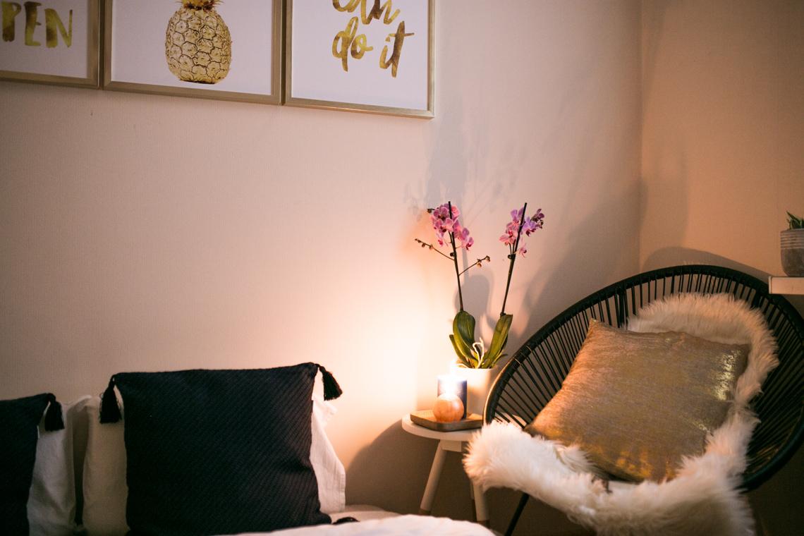 obrazy bez gwoździ, tesa, obrazy, jesień, sypialnia, mała sypialnia w bloku