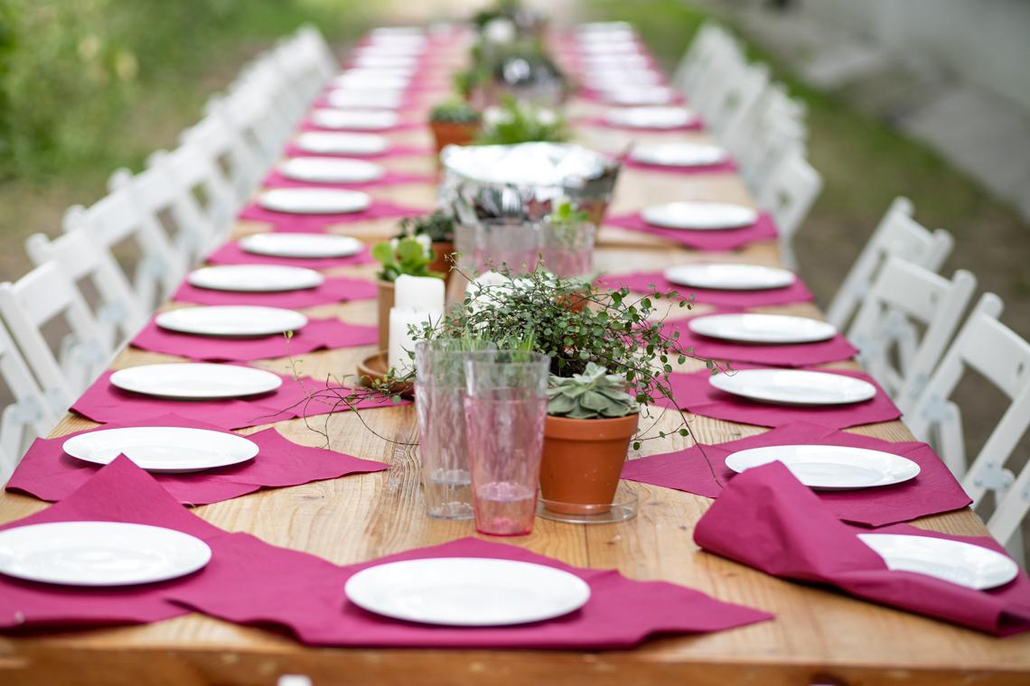 bezglutenowe pierogi, pierogi z soczewicą, stół, przyjęcie w ogrodzie