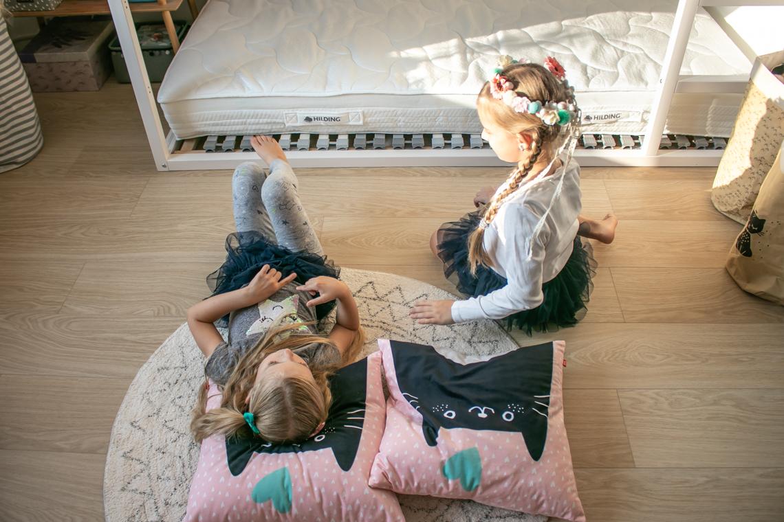 Łóżko piętrowe dla dwójki dzieci, materace, pościel i dodatki