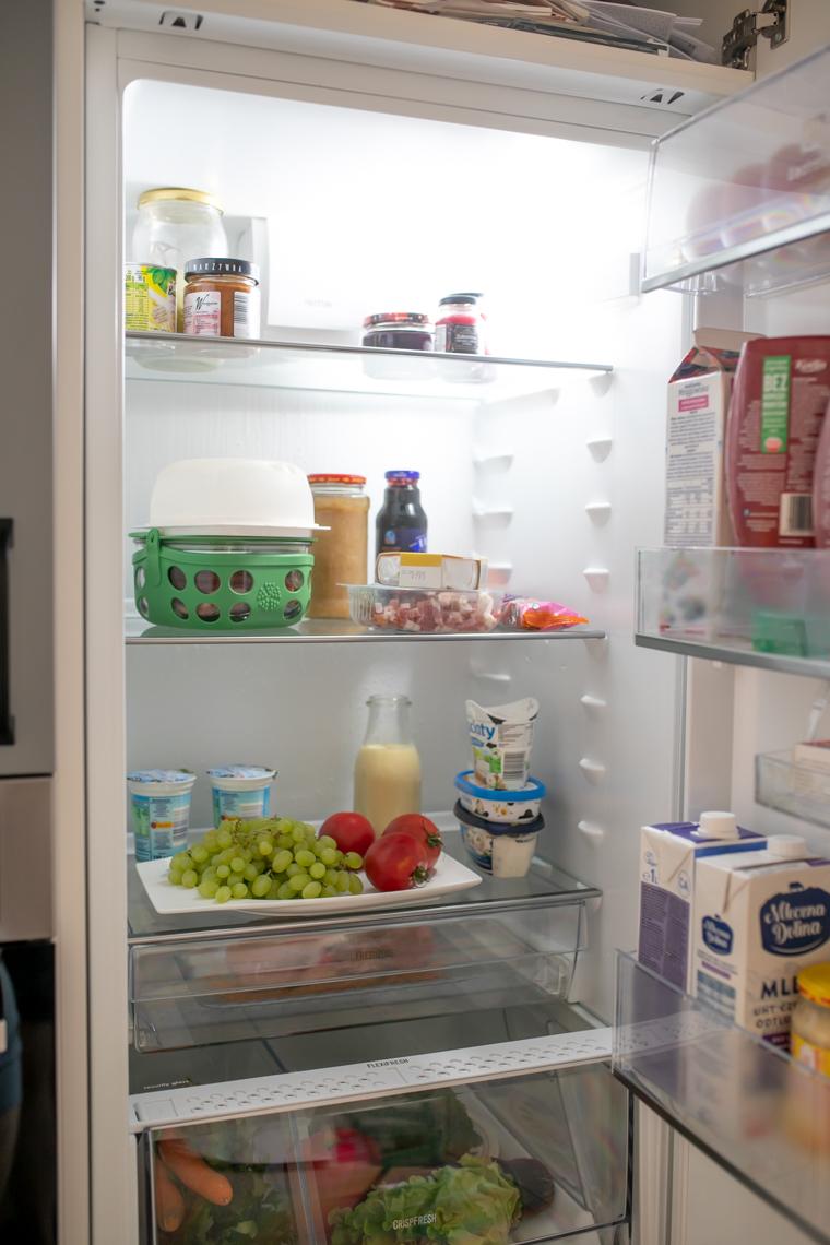 Szara zabudowa lodówki, kuchnia w salonie, metamorfoza kuchni