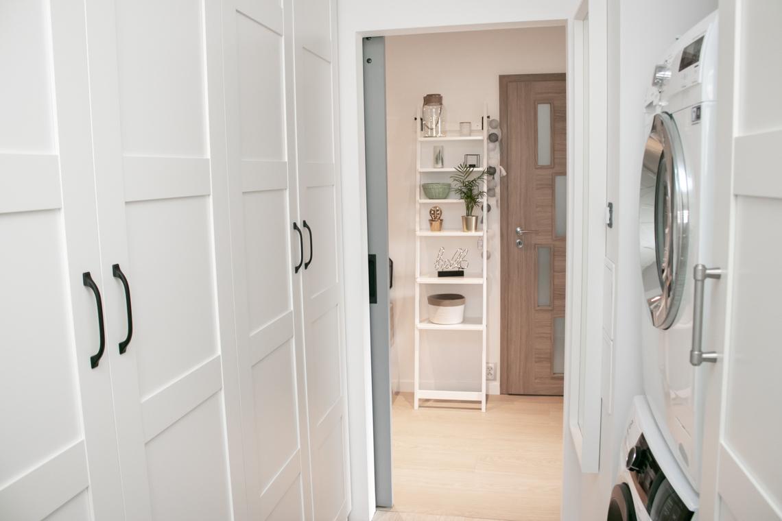 Korytarz w bloku z drzwiami przesuwnymi, reno drzwi, drzwi przesuwne, szare drzwi