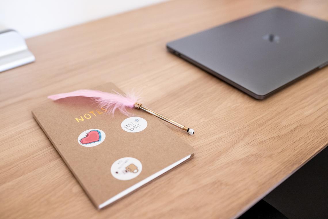 kącik do pracy w domu, jysk, biurko skandynawskie, jak zarabiać na blogu