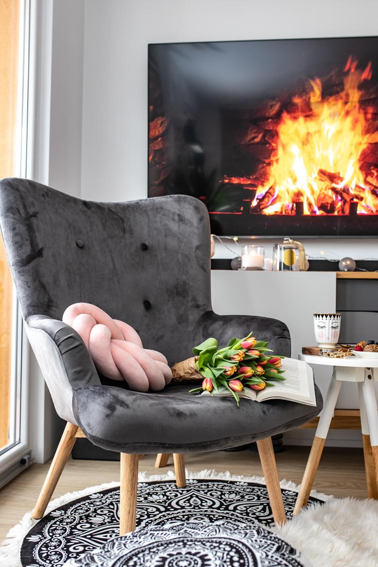 Szary fotel w salonie