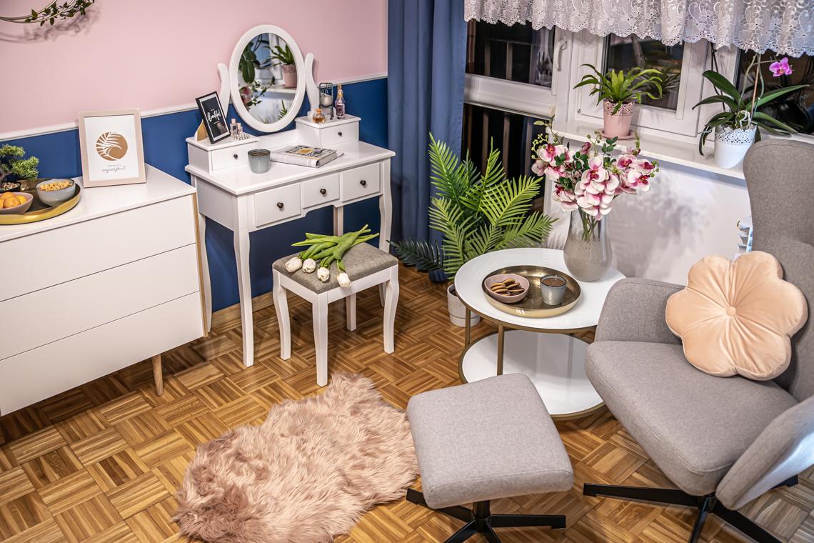metamorfoza dużej sypialni, granatowa sypialnia, sypialnia w bloku, mamagerka, angelika witaszewska, różowa sypialnia, toaletka w sypialni, pomysł na toaletkę