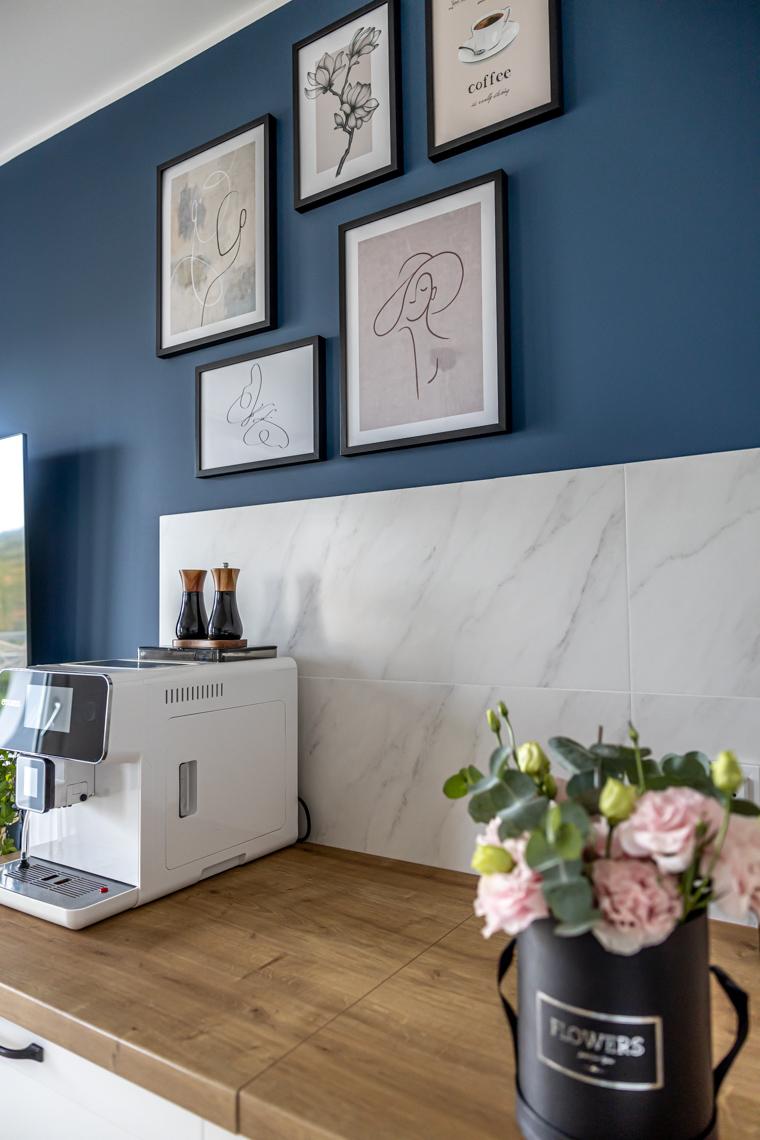 mamagerka wnętrza, salon, jak urządzić salon, salon z kuchnią, kuchnia w salonie, desenio plakaty, galeria plakatów na ścianie, oplakaty salon