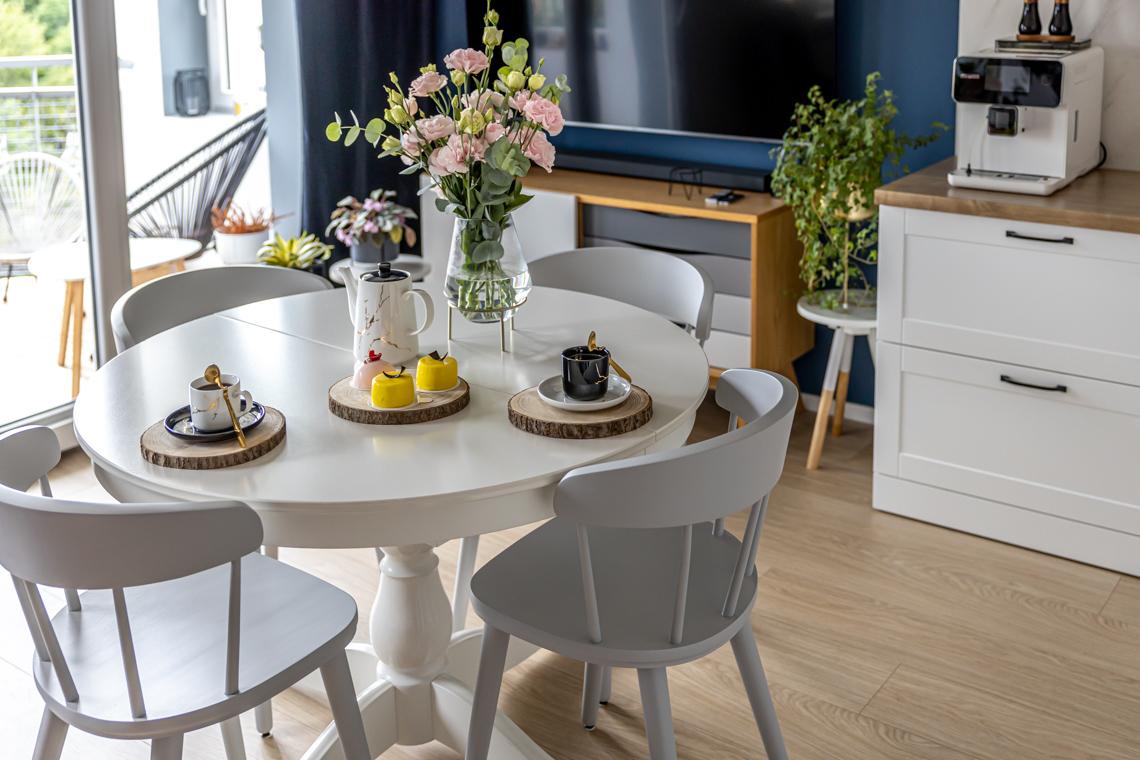 mamagerka wnętrza, salon, jak urządzić salon, salon z kuchnią, kuchnia w salonie, beckers, granatowy salon